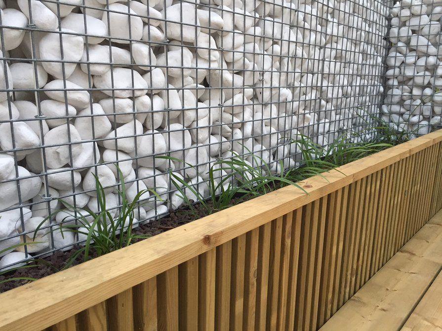 Steenkorven en hout tuinafsluiting
